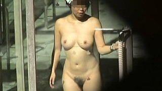 【盗撮動画】太陽の強い日差しに照らされた全裸ボディを覗き撮りされてる露天風呂女子たち♪