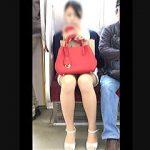【盗撮動画】対面女子のスケベなパンチラのせいで朝勃ちが収まらない通勤電車のいつもの風景♪