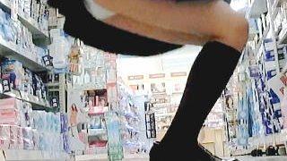 【盗撮動画】お人形さんのようなツインテールJK発見!そりゃパンチラ観るしかないっしょ♪