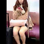 【盗撮動画】あれ?スカート穿いてないの?ってくらいのミニスカ穿いて電車で座ってる女子♪