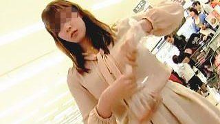 【盗撮動画】スーパーでお買い物してる綺麗なお姉さんの魅惑の花柄パンチラがオレの晩御飯♪