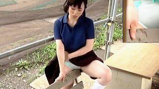 【無修正盗撮動画】体育会系部活JKはベンチの角オナニーで練習前のアップを済ませてる件♪