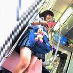 【盗撮動画】電車を何本も乗り継いで遠方から通学してるミニスカ女子校生の桃白パンチラ♪