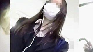 【盗撮動画】時節柄しっかりマスクして電車に乗り込んだ女子校生の気になるパンティの色♪