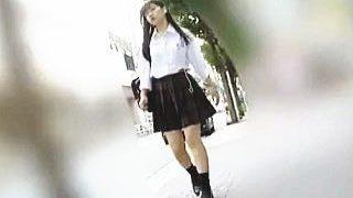 【盗撮動画】この女子校生のパンチラに反応しないならマニアは名乗らないほうがいいと思う♪