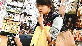 【盗撮動画】何故かそそる雰囲気の女子と店内でパンチラを巡る攻防戦を繰り広げた結果がコレ♪