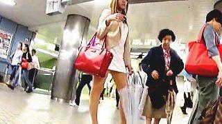 【盗撮動画】隣のおばさんも呆れるほどに短すぎるミニスカ穿いた淫乱過ぎるギャルのパンチラ♪
