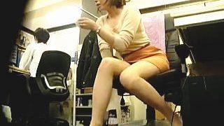 【盗撮動画】会社の事務所で美乳美脚美尻と三拍子揃った人妻OLの色っぽい仕事ぶりを隠し撮り♪