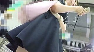 【盗撮動画】狙われるべくして狙われた?多分パンチラ観られたがってるミニスカ美脚女子♪