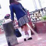 【盗撮動画】え?何?どゆことぉ?女子校生が道端でとんでもない勢いでお漏らししてた件♪