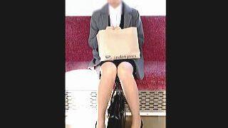 【盗撮動画】昼下りの空いてる電車内で目の前に脚の綺麗なパンチラOLさんが座っていますた♪