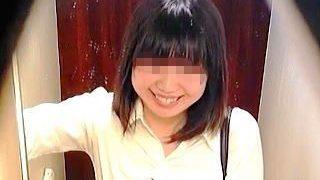 【盗撮動画】入室と同時に笑顔になったりピースサインまでしてる女の子もいる女子トレイ模様♪