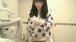 【盗撮動画】ショッピングモールの女子トイレでオシッコタイムを隠し撮られた女の子♪