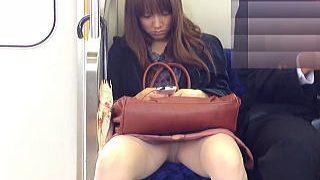 【盗撮動画】大股開きで電車の座席を占領し見たくもないパンチラも晒してる色々迷惑な女子♪