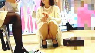 【盗撮動画】靴屋なのにスカートスタイルで接客してる店員さんはパンチラ見せたガールな件♪