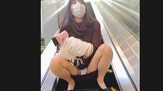 【盗撮動画】今だからこそ出来た!空港らしき場所のエスカレーターでパンチラ晒す露出女子♪