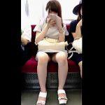 【盗撮動画】電車の対面でユルユルにパンチラしてくる女子!ギリギリまで接写してやったわ♪