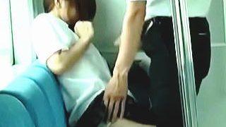 【盗撮動画】長年の撮り師稼業でピンときた!案の定JKが痴漢のチンコを手コキさせられてた♪