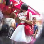 【盗撮動画】休日の繁華街で見かけた私服JC美少女の破壊力抜群の萌えパンチラを逆さ撮り♪