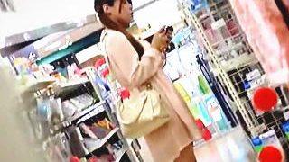 【盗撮動画】ショッピングに夢中で無警戒なお嬢さんの清楚なパンチラにほっこりモッコリ♪