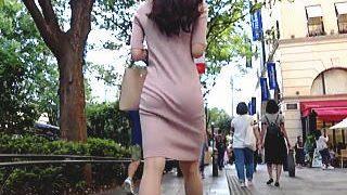 【盗撮動画】極上のプリケツをくねらせながらア○プル表○道店を目指して歩いてる芳醇なお姉さん♪