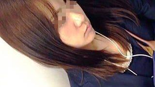 【盗撮動画】盗撮的には程よい混み具合の通勤電車内で程よい肉付きのお嬢さんの股間を狙ってみた♪