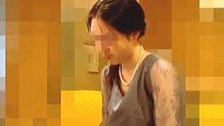 【盗撮動画】結婚式場で胸チラを激撮された普段は着ることがないドレスを纏ったスレンダー淑女♪