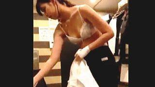 【盗撮動画】左手をケガしてるバイト女子の着替え姿を情け容赦なく隠し撮りした店のマネージャー♪