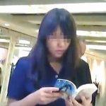 【盗撮動画】メスの肉体が完成しつつある早熟ミニスカ女子校生のマグナム級のパンチラを逆さ撮り♪