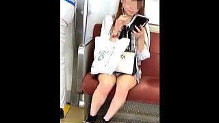【盗撮動画】電車でスマホ弄り倒してるミニスカ女子のナチュラルパンチラでチンコ弄り倒したオレ♪