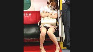 【盗撮動画】電車の優先席で居眠りしてるミニスカ美脚ギャルを対面から優先的にパンチラ撮ったった♪