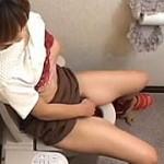 【盗撮動画】放尿後にさも当然のようにシレッとオナニーに移行する破廉恥お姉さん♪