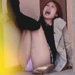 【盗撮】やっと入ったトイレで両足縛られて「漏れてまうやろ~!」を連呼する関西パニックお姉さん♪