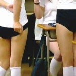 【盗撮動画】体育の授業前に静々と制服を脱ぎ捨てて着替える友達を盗み撮る悪意の女子校生♪