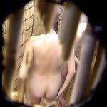 【盗撮】海水浴場の簡易シャワールームでクッキリ鮮明に全裸を盗み撮られたギャルたち♪