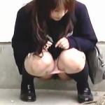 【盗撮】下校途中の制服女子校生たちは外で小便することが普通になってる件♪