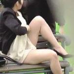 【盗撮】公園のベンチで休憩中のムチムチお姐さんにパンティーロックの悪戯した結果♪