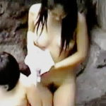 【盗撮】発育著しい美乳の女の子が母親と温泉露天風呂で盗み撮りの被害に遭っとった♪
