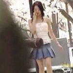 【盗撮動画】清々しい朝の公園でスカメクポロリンのダブルプレイを喰らったスレンダー女子♪