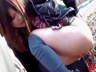【盗撮】完全に挙動ってる下半身の緩いお姉さんがパンティー穿いたまま野ションしておった♪