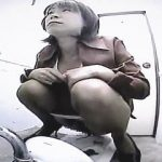 【閲覧注意】黒パンストのハイヒール淑女が和式トイレで普通に大便してるのを隠し撮り♪