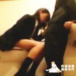 【盗撮】女子トイレにカメラ置いたら意に反してフェラチオしてるJKが撮れましたわ♪