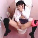 【盗撮】女子トイレで大胆なお漏らしオナニーしちゃってる赤パンティーの女の子♪