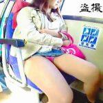 【盗撮】そこそこ空いてるバスの車内は女の子のパンチラが撮り放題の超穴場だった件♪