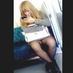 【盗撮動画】電車内でスマホ弄りに熱中してる女の子たちのドキドキ感が堪らない股間風景♪