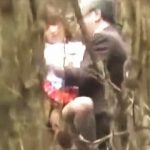 【盗撮】茂みの中で白髪のリーマンと野外援交セックスしてるJKコスのヤリマン女子♪