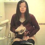 【盗撮】必ず一度はカメラ目線になってるお店のトイレをご利用中のオッシコ女子たち♪