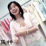 【盗撮動画】接客スマイルが眩しいショップの店員さんたちの胸チラを覗き撮るゲスい客♪