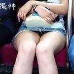 【盗撮】電車内で対面女子のパンチラが見えそうだったのでスマホのカメラ起動した結果♪