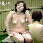 【盗撮動画】お母さんと露天風呂で親娘水入らずの時間を楽しんでるマシュマロボディの女の子♪